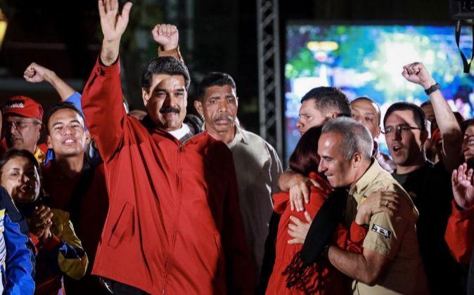 El presidente de Venezuela, Nicolás Maduro (i), celebra los...