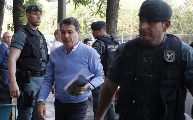 El expresidente de la Comunidad de Madrid, Ignacio González (c), a su...
