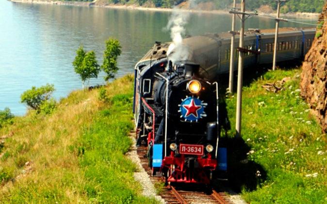 El tren Transiberiano a su paso por el Lago Baikal, uno de los...