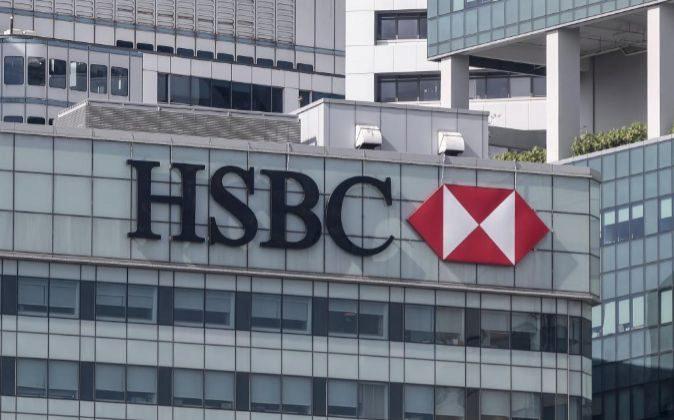 Logo del banco en una fachada de un distrito empresarial en Singapur.