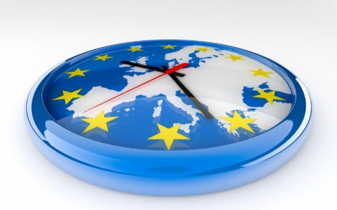 Reloj sobre un mpa de la Unión Europea.