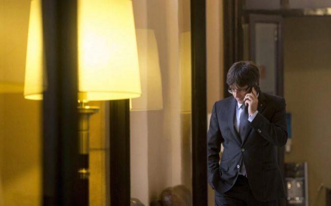 El presidente de la Generalitat, Carles Puigdemont, habla por...