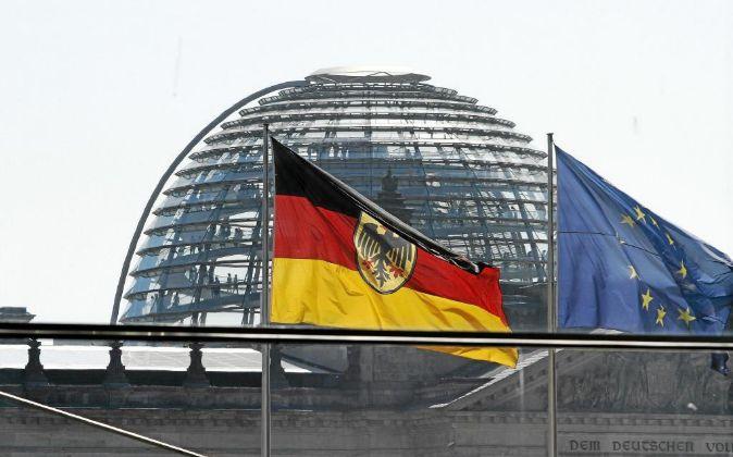 Bandera de Alemania y de la UE frente a la cúpula del Reichtag, el...