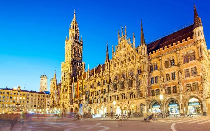 La Marienplatz es la plaza más famosa de la ciudad, dominada por el...