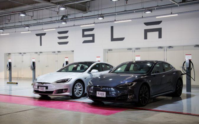 Vehículos en un concesionario de Tesla.