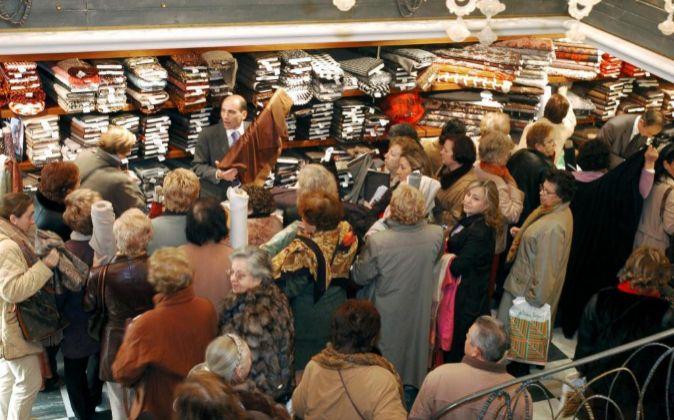 Consumidores guardan su turno en el local comercial de la Gran Vía de...