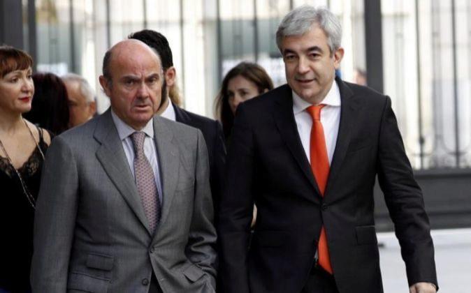 El Ministro de Economía, Luís de Guindos ,iz., y el diputado de...