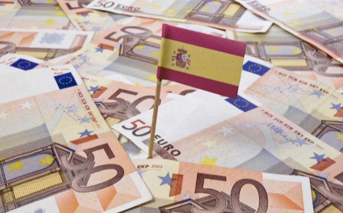 Imagen de la bandera de España sobre billetes de 50 euros