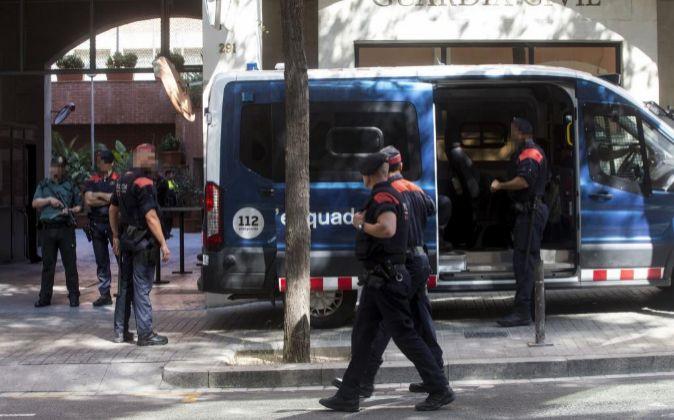 Media docena de furgonetas de los Mossos d'Esquadra custodian la...