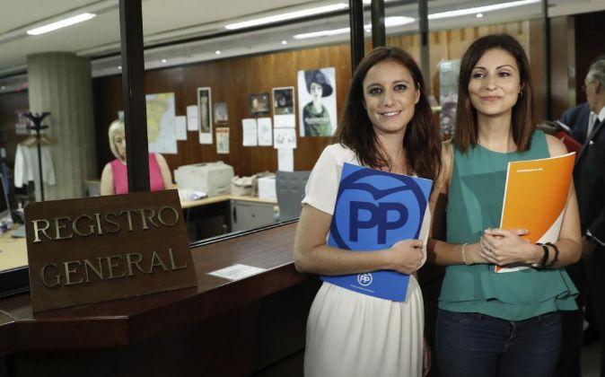 La dirigente del PP, Andrea Levy,iz., y la diputada de Ciudadanos en...