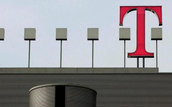 Imagen de archivo del logo de Deutsche Telekom sobre el tejado de la...