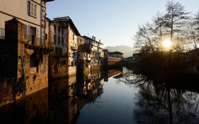 El río Bidasoa a su paso por Elizondo, la capital del Valle del...