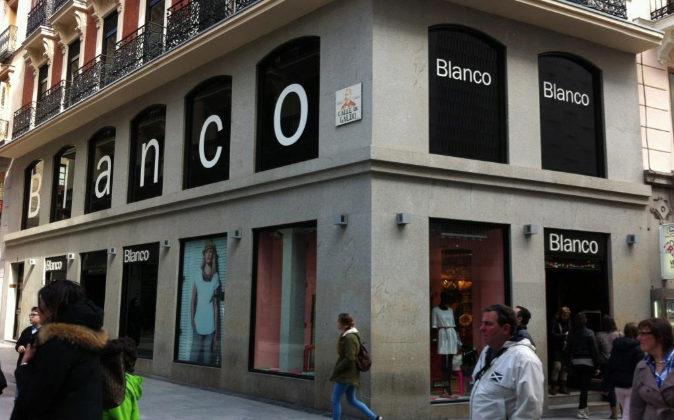 Fachada de una tienda Blanco en Madrid.
