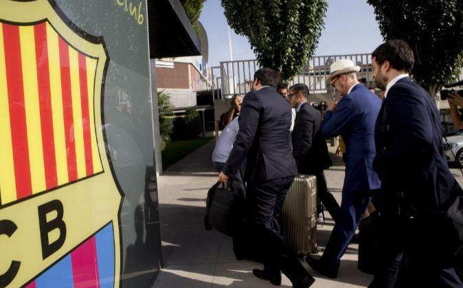 Los representantes legales de Neymar  a su llegada esta tarde al Camp...