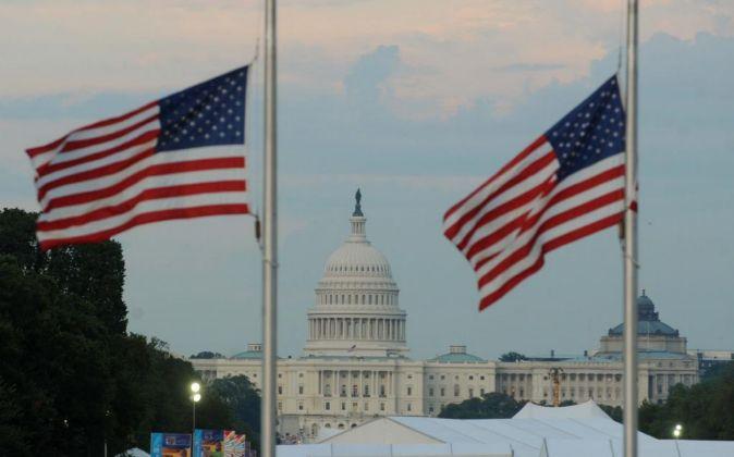 El Capitolio en medio de la bandera nacional de Estados Unidos en...