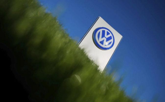 Vista del logo de la compañía Volkswagen (VW) en una planta de...