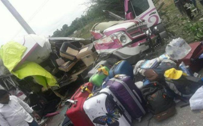 Imagen del estado en que quedó el minibús tras el accidente.