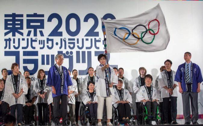 La gobernadora de Tokio, Yuriko Koike, ondea la bandera olímpica.