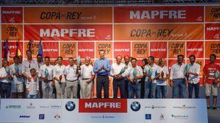 Foto de familia de los armadores y patrones ganadores de la 36 Copa...