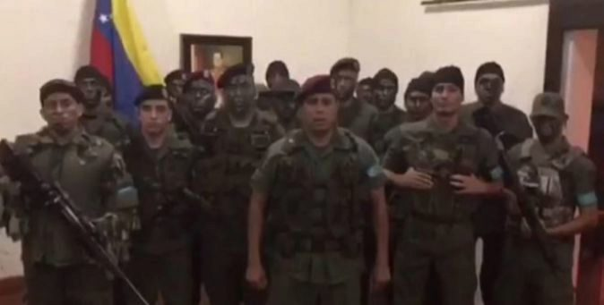 Imagen del vídeo en la que se observa a los militares.