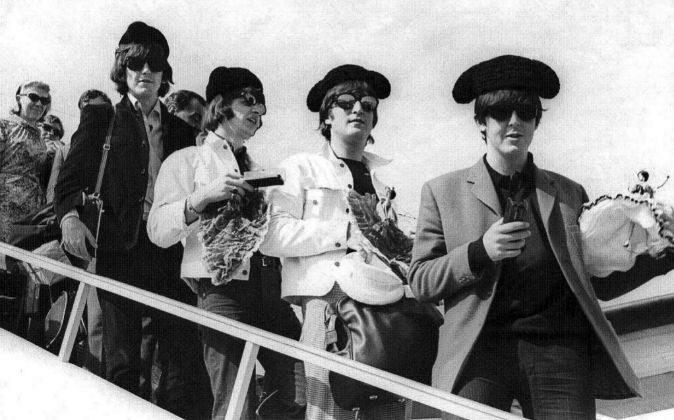 Los Beatles a su llegada a Barcelona, tocados con monteras toreras. De...