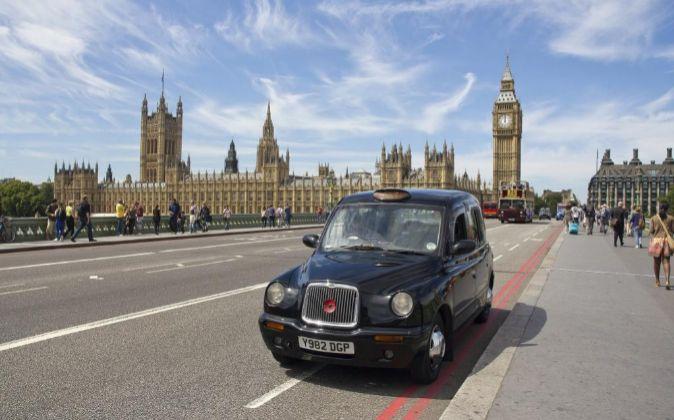 Taxi londinenses en las inmediaciones del Big Ben y el parlamento...