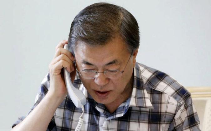 El presidente surcoreano, Moon Jae-in, habla hoy por teléfono con...