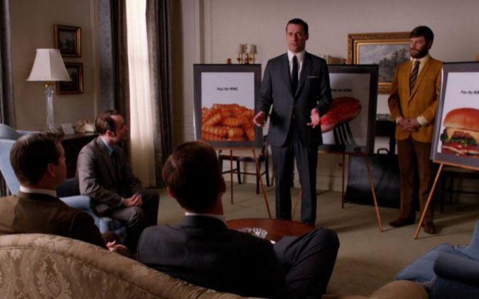 Donald Draper (Jon Hamm), de pie en el centro de la imagen, es...