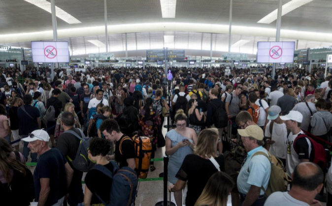 Las colas para acceder al control de seguridad del Aeropuerto de...