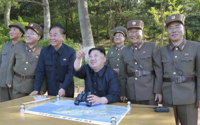Foto de archivo del líder norcoreano Kim Jong-un mientras supervisa...