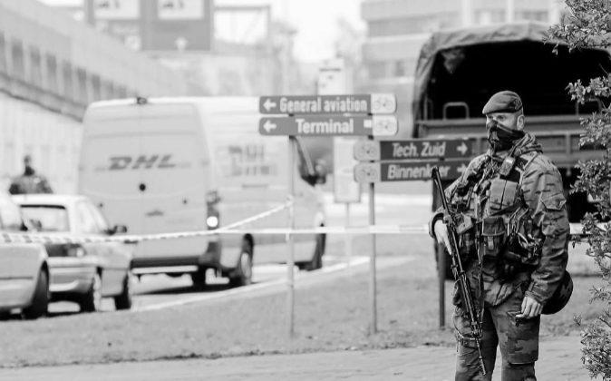 Un policía cerca del aeropuerto belga de Zaventem, que sufrió un...