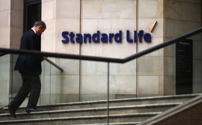 Un hombre entra en las oficinas de Standard Life en Edimburgo.