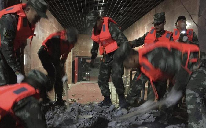 Varios policías paramilitares trabajan en las labores de rescate de...