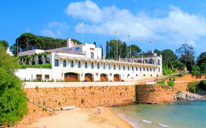 El exclusivo Hostal La Gavina se alza en la Punta d'en Pau, un...