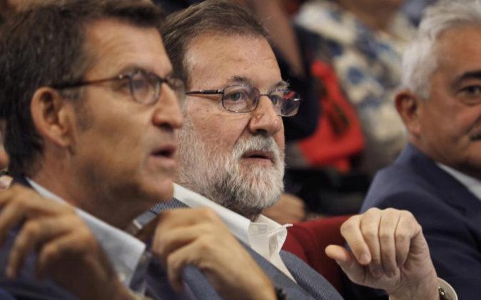 El presidente del Gobierno , Mariano Rajoy, acompañado por el...