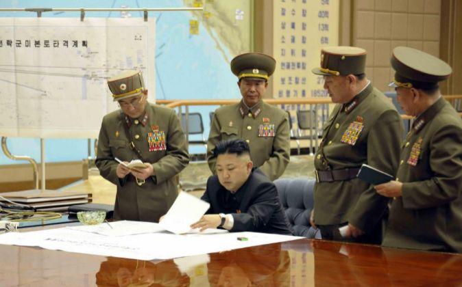 Kim Jong-Un, presidente de Corea del Norte, habla con varios oficiales...