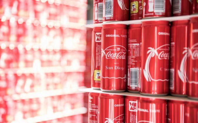 Latas de Coca-Cola en una planta de embotellamiento de la compañía...