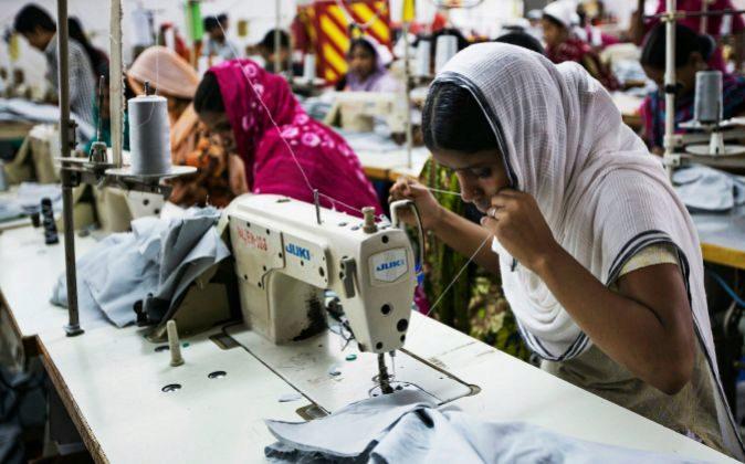 Mujeres trabajando en una fábrica textil de Bangladesh.