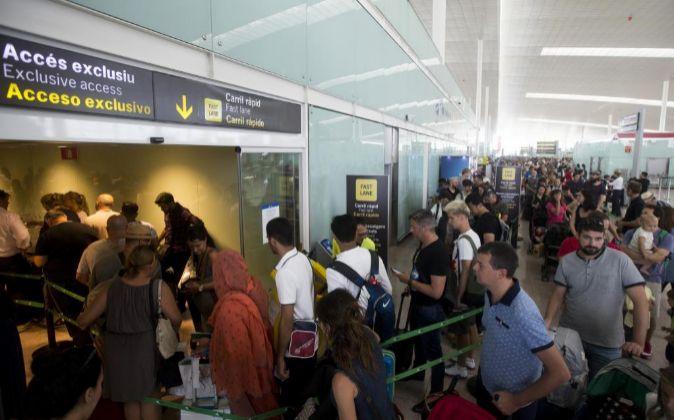 El aeropuerto de Barcelona, que sigue registrando colas de hasta una...