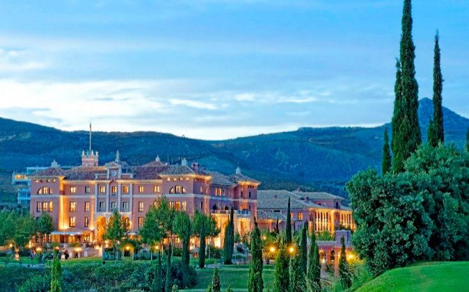 El Villa Padierna Palace Hotel se concibió como un palacio de estilo...
