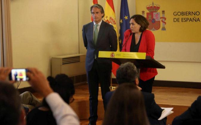 El ministro de Fomento, Íñigo de la Serna (i), y la alcaldesa de...