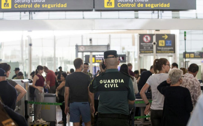 Un guardia civil vigila el control de seguridad de el aeropuerto del...