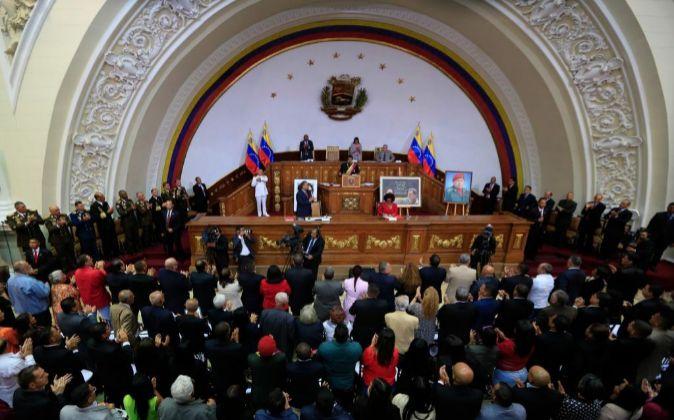 El presidente de Venezuela, Nicolas Maduro (c), participa en un acto...
