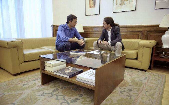 El secretario general,del PSOE, Pedro Sánchez (i), y el líder de...