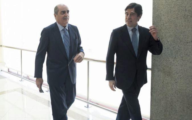 El presidente de Sacyr, Manuel Manrique (d), junto al accionista osé...