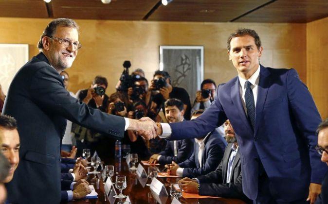 El jefe del Gobierno, Mariano Rajoy, y el líder de Ciudadanos, Albert...