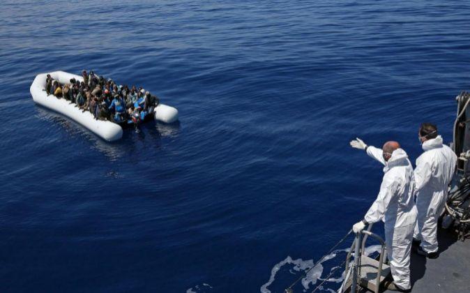 Inmigrantes en una zodiac mientras son rescatados.
