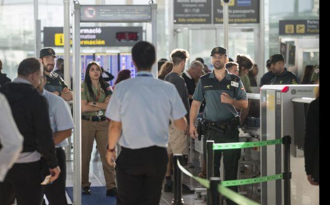 Agentes de la Guardia Civil custodian los accesos a las puertas de...