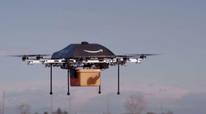 Dron de Amazon Prime Air transportando un paquete de pruebas.