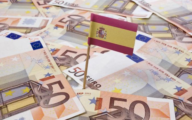 Bandera española sobre billetes de 50 euros.